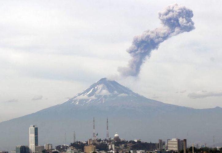 El volcán Popocatépetl mantiene una actividad con exhalaciones de vapor de agua y ceniza en las últimas 24 horas. El semáforo permanece en amarillo fase 2. (Notimex)