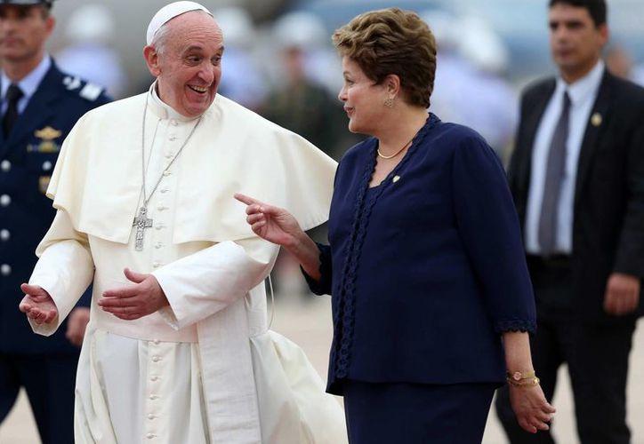 El Papa Francisco habla con la presidenta de Brasil Dilma Rousseff a su llegada a la ciudad de Río de Janeiro, para participar en la XXVIII Jornada Mundial de la Juventud. (EFE)