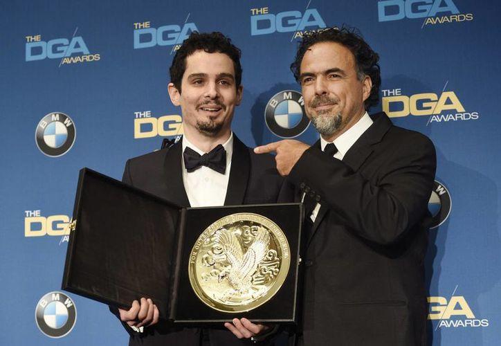 Damien Chazelle, a la izquierda, director de la cinta La La Land, celebra su premio como mejor director de largometraje. En la foto está acompañado del presentador mexicano Alejandro González Iñárritu, en el 69º Premio Anual de Directores de América, este sábado en Beverly Hills, California (Foto de Chris Pizzello / Invision / AP)