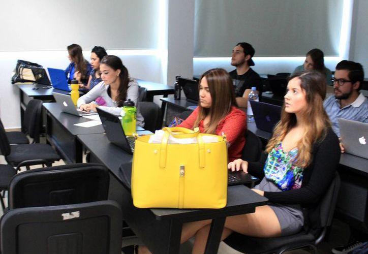 El padecimiento no es exclusivo de los universitarios, la carga de estudio y trabajo puede provocarlo en cualquier persona.  (Luis Soto/SIPSE)