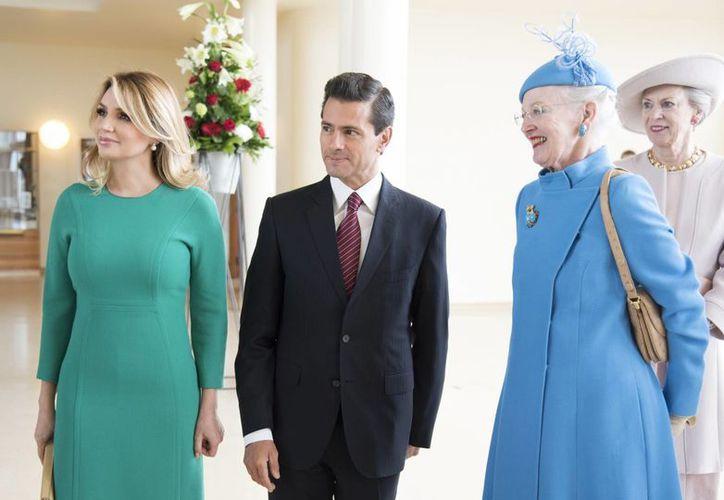 Peña Nieto llegó este miércoles a Dinamarca, donde fue recibido con honores de Estado por Margarita II y la familia real danesa. Detrás aparece la princesa Benedicta, hermana de la reina.(Presidencia)