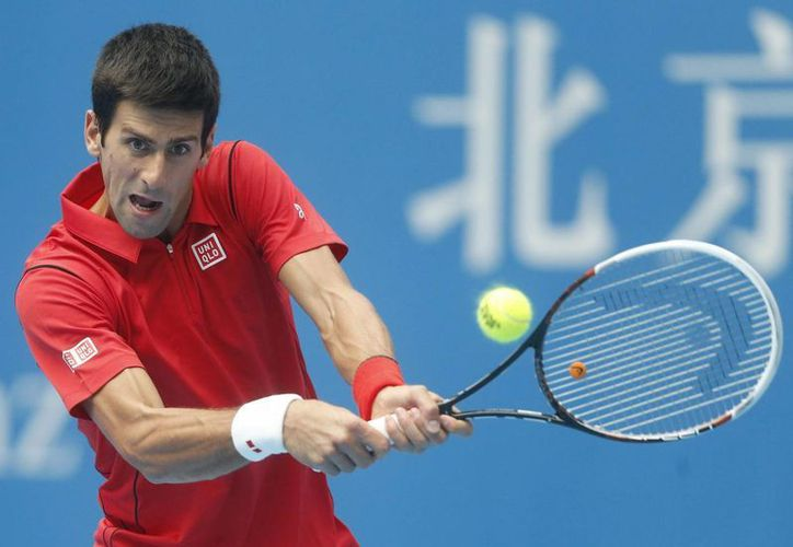 Djokovich devuelve la bola a Verdasco durante el partido en la segunda ronda del torneo de Pekín. (EFE)