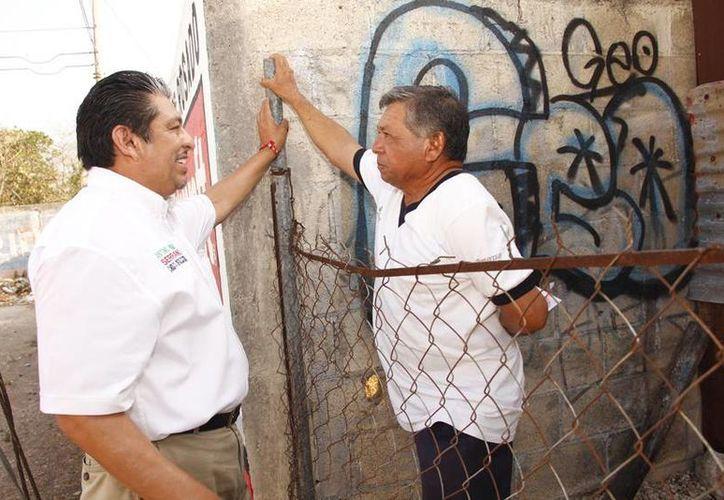 Antonio Homá platica con un vecino durante el recorrido que realizó el jueves por colonias del VI Distrito. (SIPSE)