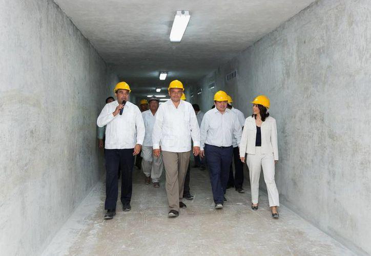 El gobernador de Yucatán, Rolando Zapata Bello, y su comitiva recorren el túnel que conectará al Cereso con el Centro de Justicia Oral de Mérida. (SIPSE)
