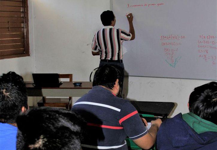 El plazo para solicitar becas escolares para universitarios mexicanos que pertenecen al programa Prospera, se amplió hasta el 14 de septiembre. (Enrique Mena/SIPSE)