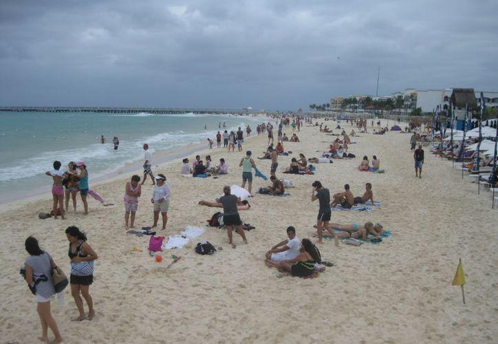Al mediodía se empezó a incrementar la afluencia de turistas en las playas. (Yenny Gaona/SIPSE)