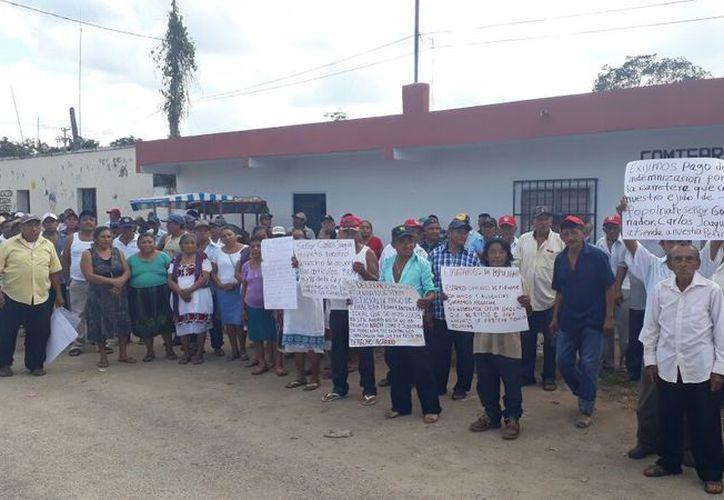 Los ejidatarios de la comisaría de Popolnah, Yucatán, que participaron en  la manifestación. (Raúl Balam/SIPSE)