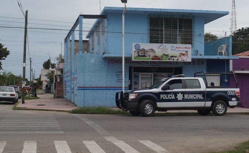 Los afectados se plantaron de manera pacífica en las oficinas de Construremo. (Ángel Castilla/SIPSE)