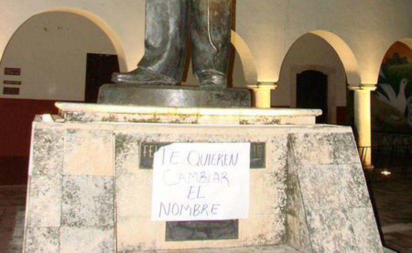 """En el pedestal de la estatua de Felipe Carrillo Puerto fue colocado un letrero con la leyenda: """"te quieren cambiar de nombre"""". (Manuel Salazar/SIPSE)"""