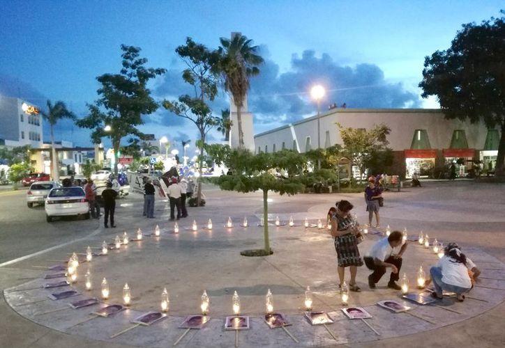 Frente al Museo de la Cultura Maya formaron un círculo para recordar a los estudiantes que desaparecieron. (Joel Zamora/SIPSE)