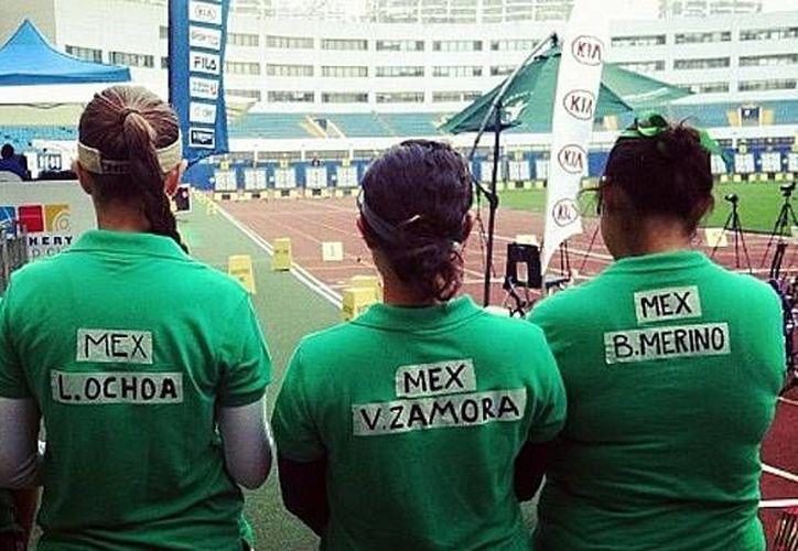 Algunas atletas improvisaron con playeras verdes rubricadas con cinta adhesiva. (Twitter)