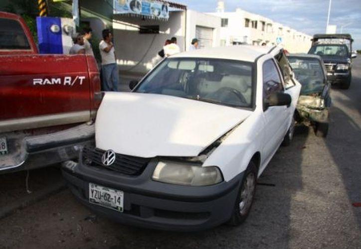 José Ivan Noh Estrella chocó contra dos vehículos estacionados en el fraccionamiento La Perla, de Ciudad Caucel. (Fernando Poó / SIPSE)