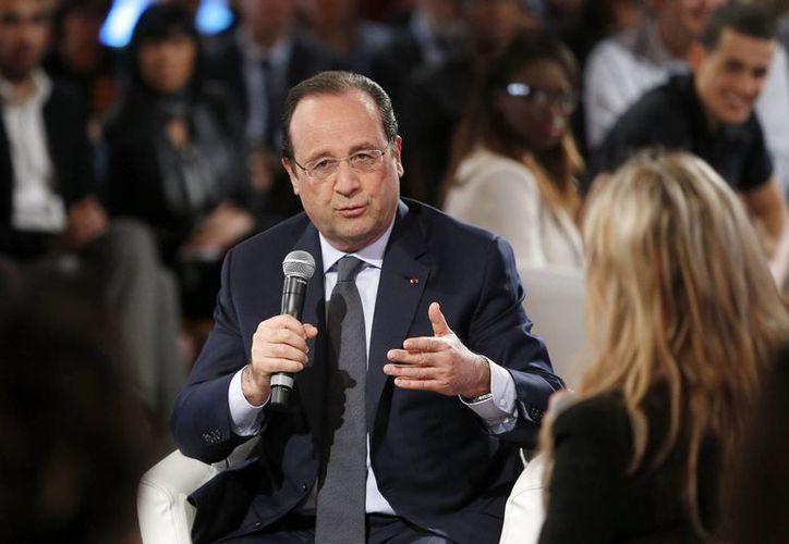El presidente francés, François Hollande, en una mesa redonda celebrada en el ámbito del encuentro con jóvenes sobre empleo, en el Palacio del Elíseo, en París, Francia hoy. (EFE)