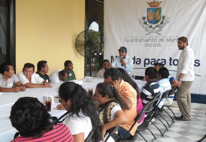 Aspecto de la reunión que autoridades municipales sostuvieron con comisarios y subcomisarios de Mérida. (Cortesía)
