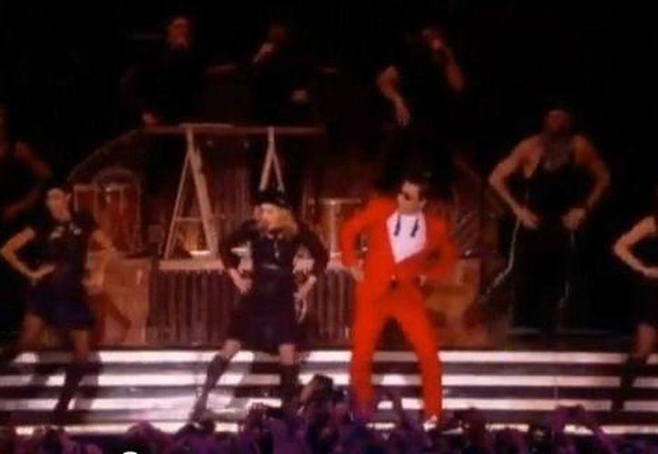 Madona y Psy bailando al ritmo del 'baile del caballo'. (Milenio)