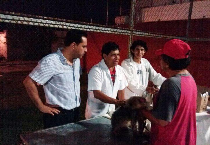 El diputado Mauricio Vila Dosal supervisa los servicios veterinarios que ofrece en sus oficinas de enlace. (SIPSE)