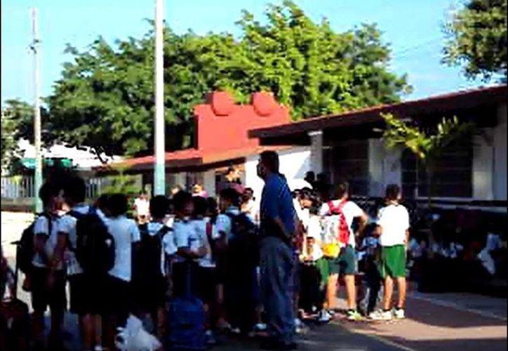 Los estudiantes y sus padres esperaron durante dos horas a que las aulas escolares fueran abiertas. (Foto: Cortesía padres de familia)