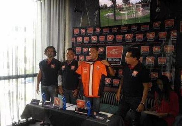 Marco Fabián presentó la camisa de su academia de futbol en Guadalajara. (Jesús Hernández/Milenio)