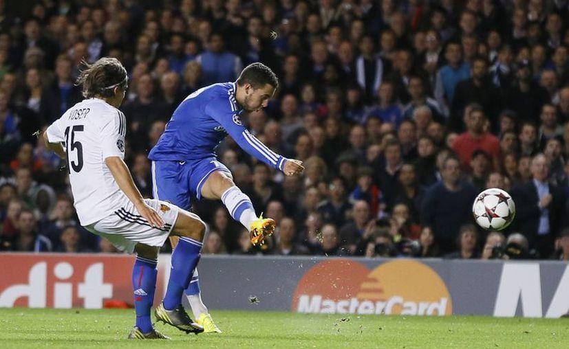 El belga Eden Hazard dispara a gol en duelo que su equipo, el Chelsea, perdió en Stamford Bridge. (Agencias)