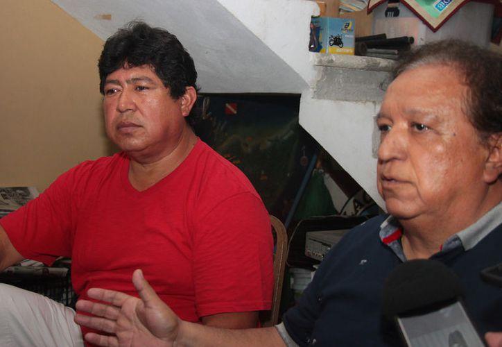 Rangel España y su abogado, Jaime Avecia, interpusieron un amparo y una denuncia para que se les permita trabajar a las empresas transportadoras. (Foto: Gustavo Villegas/SIPSE)