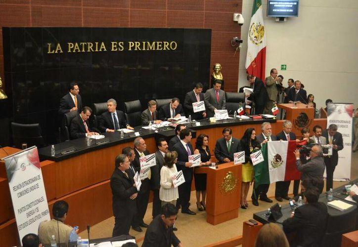 Senadores del PRD presentando moción suspensiva de análisis de la Reforma Energética. (@CanalCongreso)