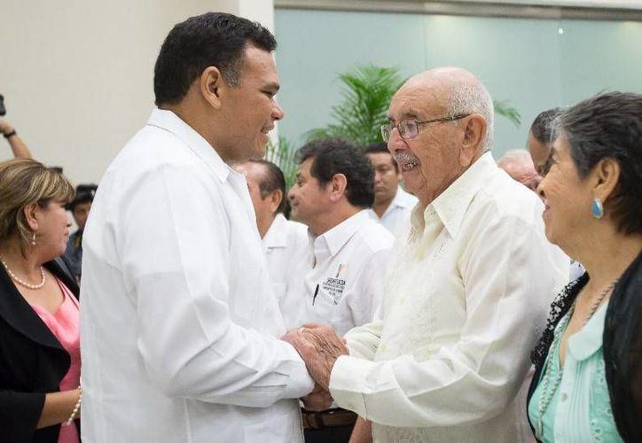 """Al inaugurar el V Congreso de Profesionistas, el Gobernador entregó el premio """"Maestro Salvador Rodríguez Losa"""" al ingeniero Fausto Escalante por su labor docente en el ITM. (Cortesía)"""