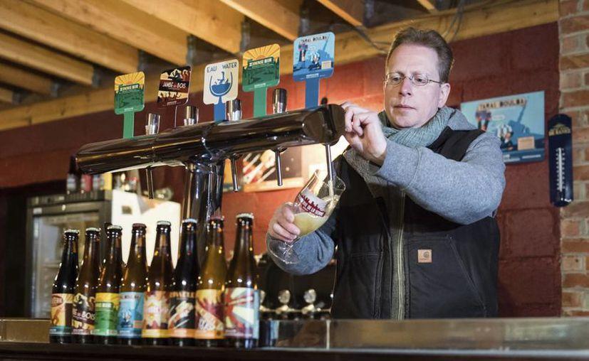 """Yvan De Baerts, dueño de la """"Brasserie de la Senne"""", sirve cerveza en su local en Bruselas el miércoles, 30 de noviembre del 2016. La Unesco añadió la cerveza belga a la lista de """"Patrimonio Cultural Intangible de la Humanidad"""". (AP/Geert Vanden Wijngaert)"""