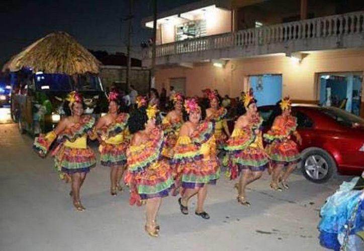 """Una de las comparsas más esperadas cada año en los desfiles carnavalescos, es la de """"Las Cachitas"""". (Javier Ortiz/SIPSE)"""