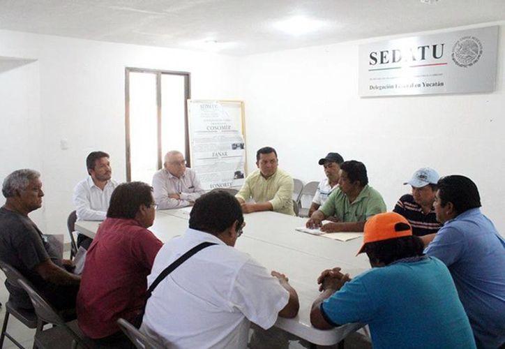 El delegado en Yucatán de la Sedatu escuchó las demandas de los ejidatarios que protestaban porque no han recibido el pago de tierras que les expropiaron en 1994. (Milenio Novedades)