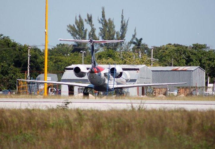 Trabajadores del aeropuerto chetumaleño repararon el defecto en la turbina izquierda del avión. (Francisco Sansores/SIPSE)