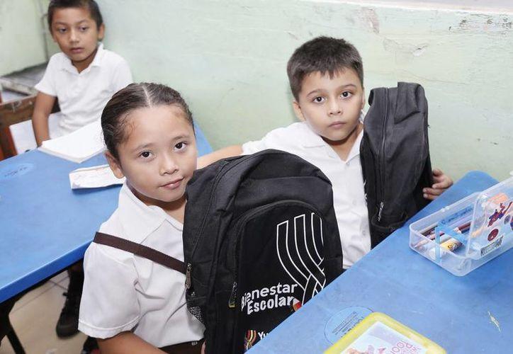 Estudiantes con mochilas y útiles escolares que entregó el Gobierno del Estado. (Cortesía)