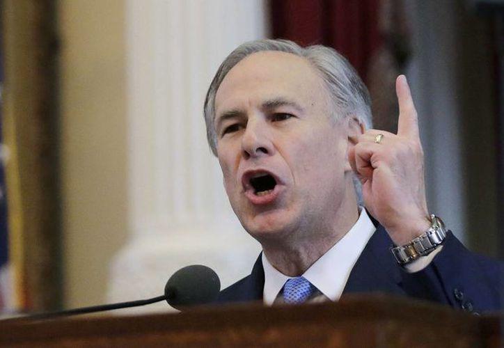 El gobernador de Texas, Greg Abbott, fustigó la política de fronteras abiertas a través de su cuenta en Twitter. (Archivo/AP)