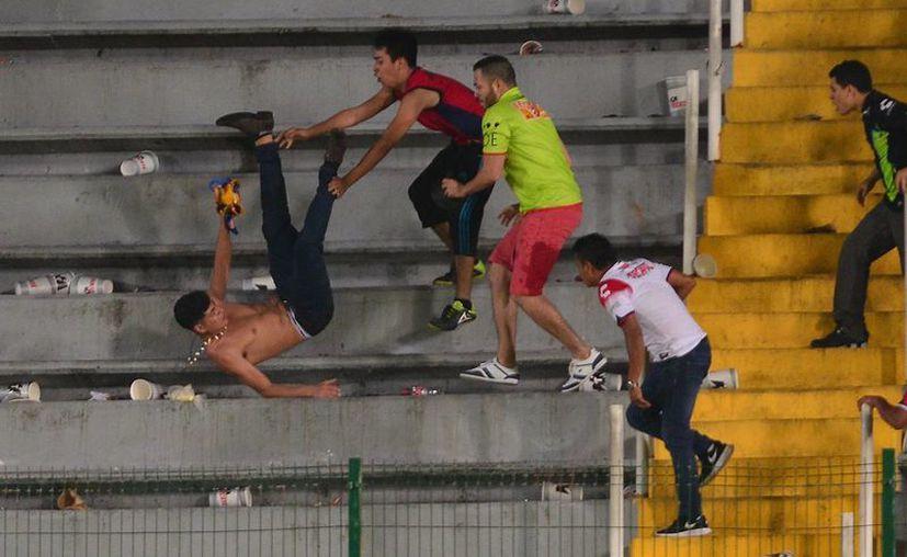Aficionados de Tiburones Rojos del Veracruz agredieron a los de Tigres, en el estadio Luis 'Pirata' Fuente. La UANL ganó 3-0. (Jammedia)