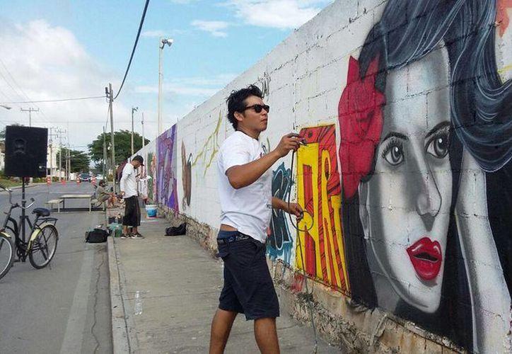 Los jóvenes artistas realizan sus creaciones en la avenida 40. (Foto: Daniel Pacheco/ SIPSE)
