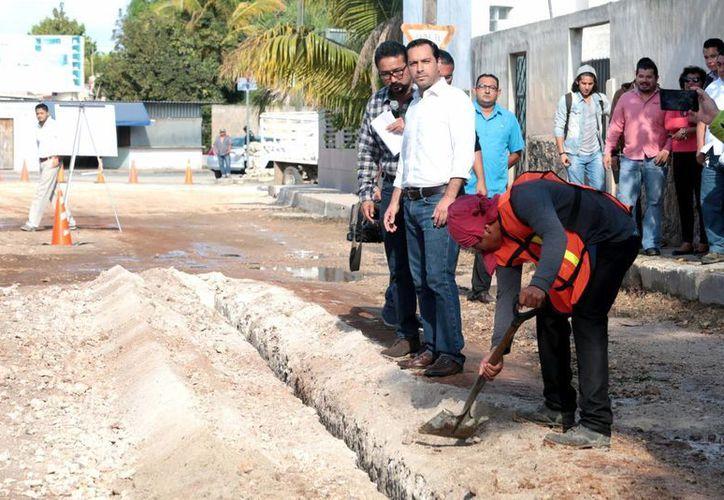 Avanzan a buen ritmo las obras de vialidades en comisarías. Este lunes comenzaron los trabajos de reconstrucción de calles en la comisaría de Cholul. (Fotos cortesía del Ayuntamiento de Mérida)