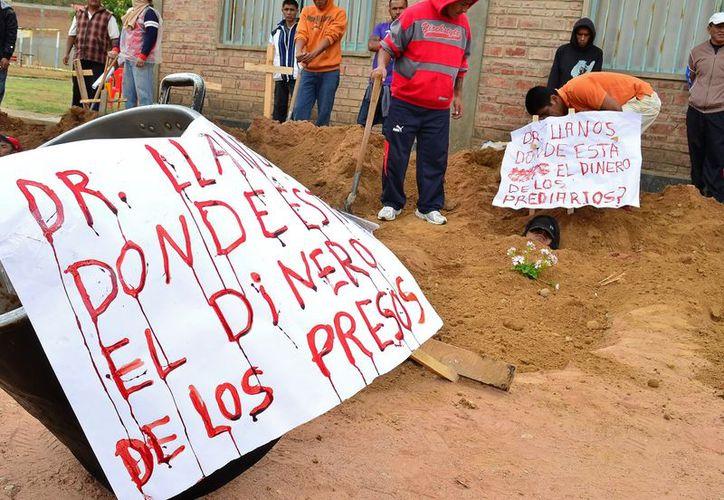 Decenas de reclusos de una cárcel de Cochabamba se manifestaron hace unos dias para  reclamar el pago de una subvención alimenticia. (EFE/Archivo)