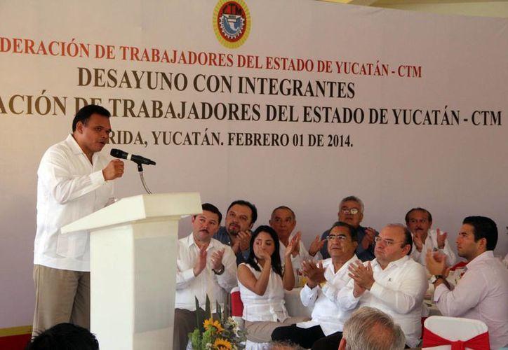 Rolando Zapata Bello habló ante  líderes sindicales, obreros, autoridades estatales y federales. (José Acosta/SIPSE)