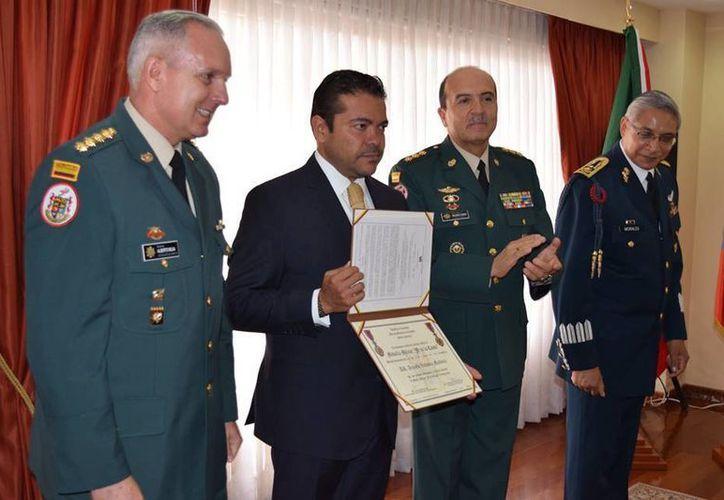 El embajador de México en Colombia, Arnulfo Valdivia Machuca fue condecorado este viernes en las instalaciones de la Escuela de Infantería en Bogotá. (Facebook/Embajada de México en Colombia)