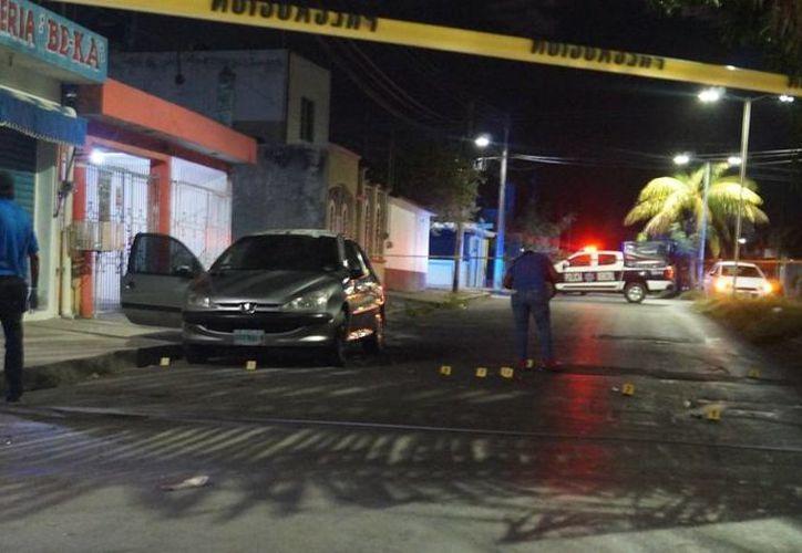 El agresor y la mujer huyeron a bordo de un vehículo, al parecer Aveo o Sonic, color gris metálico. (Redacción/SIPSE)