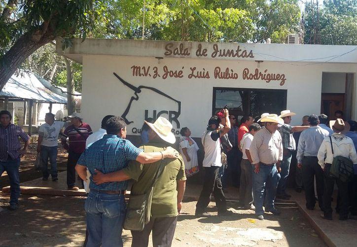 Mientras los productores tomaban este edificio, en una sede alterna designaron por unanimidad a Florencio Song Solís, como presidente de la organización ganadera. (Foto: Juan Rodríguez / SIPSE)
