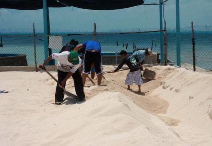 Los isleños se preparan para la campaña 2013, con la limpieza del corral donde son incubados los huevos y con vigilancias nocturnas en las playas. (Redacción/SIPSE)