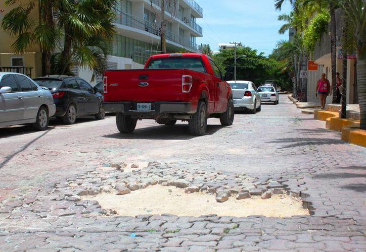 Baches en calles adoquinadas del centro turístico de Playa del Carmen dan mala imagen al turismo. (Daniel Pacheco/SIPSE)