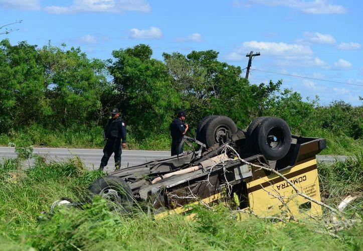 """El camión de """"Cometra"""" quedó con las llantas hacia arriba. (Luis Pérez/SIPSE)"""