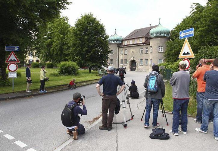 Varios periodistas congregados delante de la cárcel en Landsberg am Lech, Alemania, donde este lunes dio inicio la condena contra Uli Hoeness. (EFE)