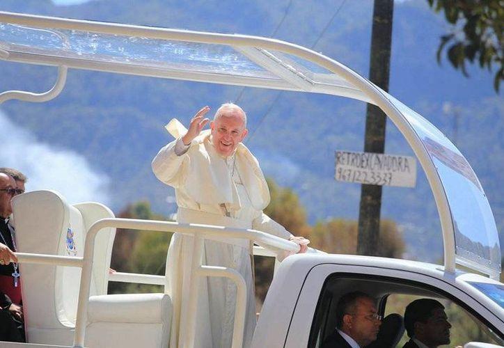 El Papa Francisco saluda a los feligreses que salen a su encuentro. (Luis Soto/SIPSE)