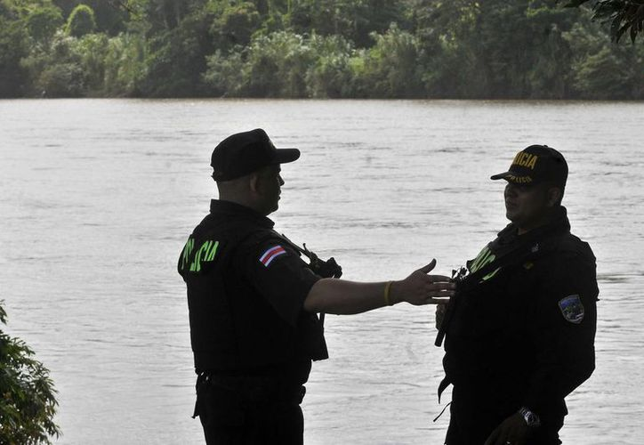 Policías costarricenses hacen guardia en los límites del río San Juan en la frontera con Nicaragua. (Archivo/EFE)