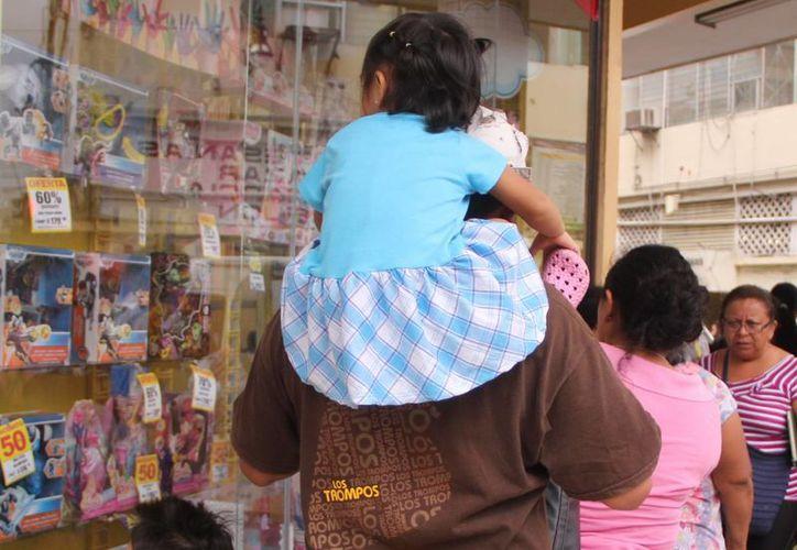 El presupuesto estatal refleja un gasto de 17 mil pesos por habitante. Imagen de contexto de una familia yucateca en el centro de la ciudad. (Milenio Novedades)