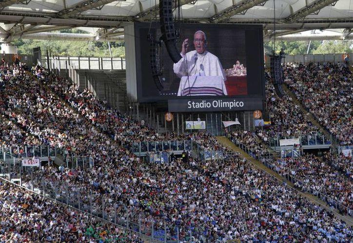 El Papa Francisco es proyectado en una pantalla gigante en el Estadio Olímpico de Roma. (Foto: AP)