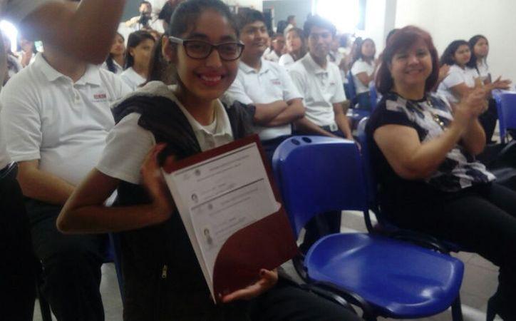 La entrega de certificado para Adriana se realizó ante la presencia de Rafael Romero Mayo. (Luis Soto/ SIPSE)