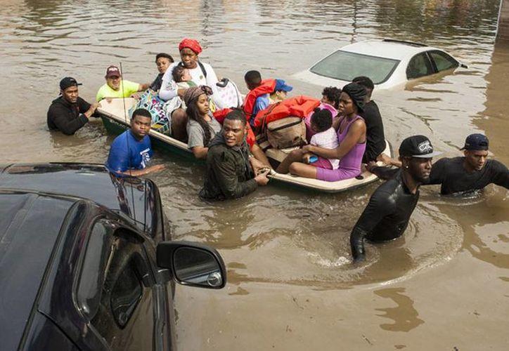 Las autoridades ordenaron la evacuación de viviendas en Wharton, una comunidad de unos ocho mil 700 habitantes a unos 80 kilómetros al sudoeste de Houston, al desbordarse el río Colorado. (AP)